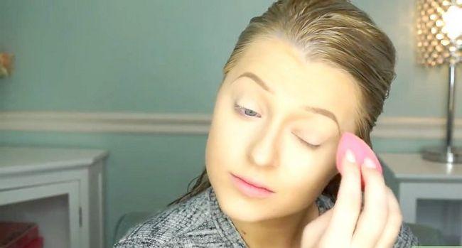Titel afbeelding Apply Makeup Like Barbie Step 1