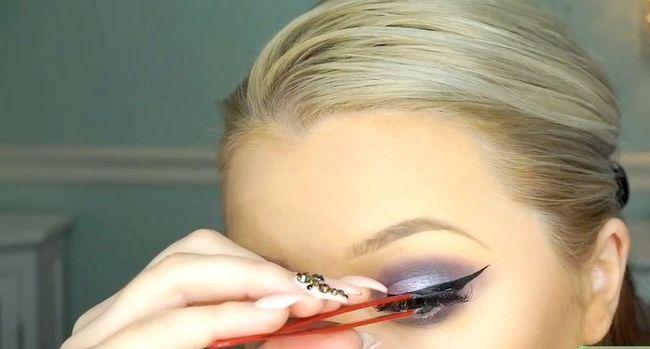 Titel afbeelding Apply Makeup Like Barbie Step 14