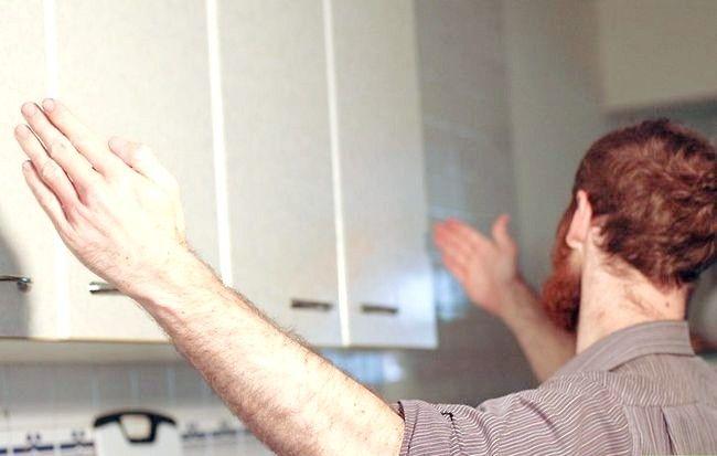 Hoe keukenplanken te dekken