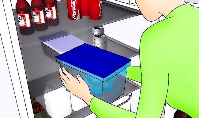 Hoe de koelkast planken te bedekken met zelfklevend plastic
