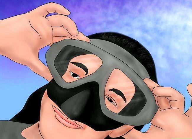 Titel afbeelding Defog a Diving Mask Step 3