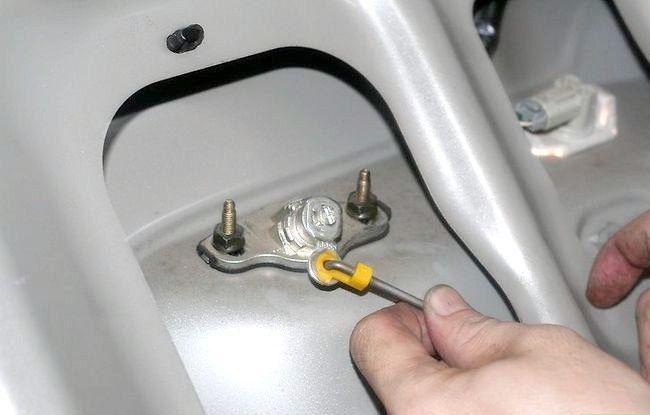 Hoe te ontsnappen uit de kofferbak van een auto