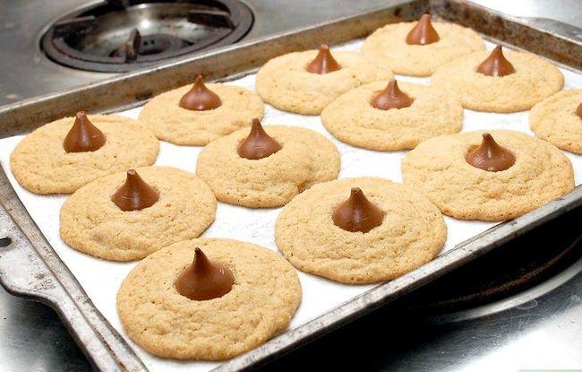 Titel afbeelding Make Peanut Blossom Cookies Step 21