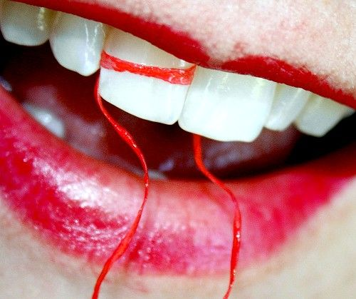 Titel afbeelding Free Macro White Teeth With Dental Floss and Red Lipstick Creative Commons 2