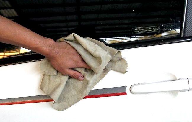 Hoe het boomsap van uw auto schoon te maken