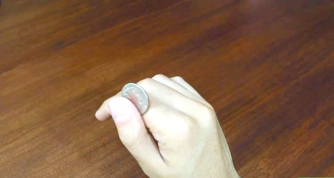 Titel afbeelding Roll a Coin on Your Knuckles Step 3