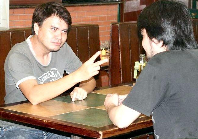 Hoe twee bieren te drinken voordat iemand twee foto`s maakt