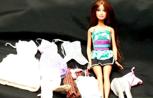 Titel afbeelding Dress a Barbie Doll Step 1