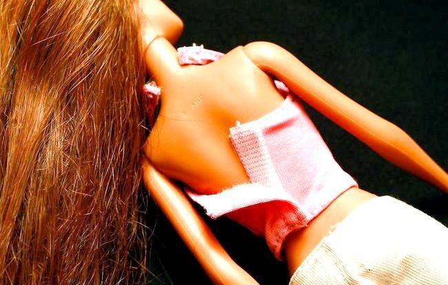 Titel afbeelding Dress a Barbie Doll Step 5